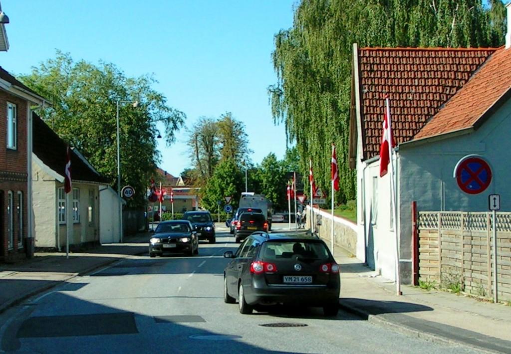 Flag på Hovedgaden langs kirkemuren