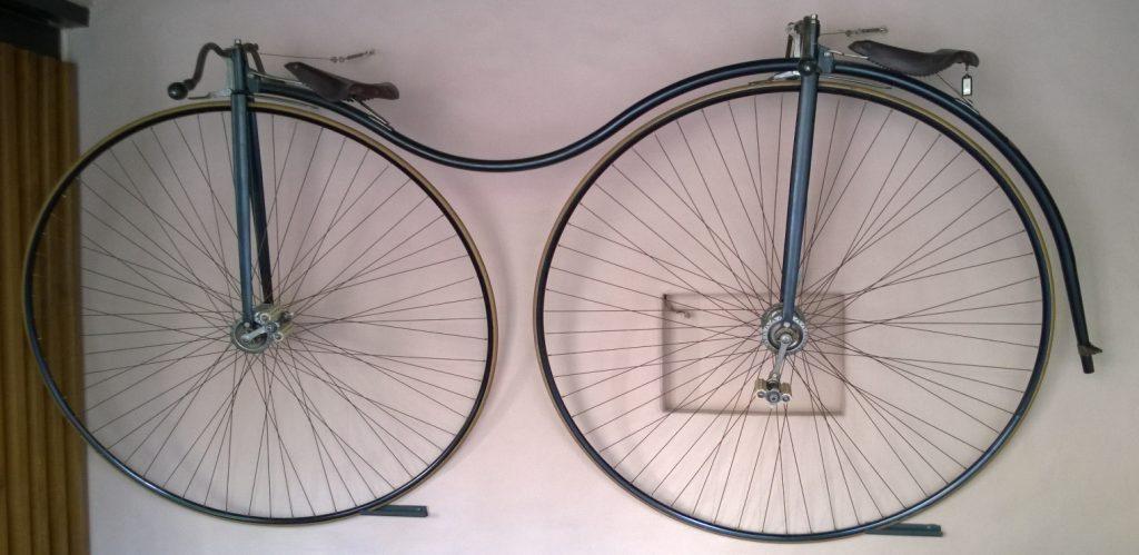 Gammel cykel ophængt som pynt på væg