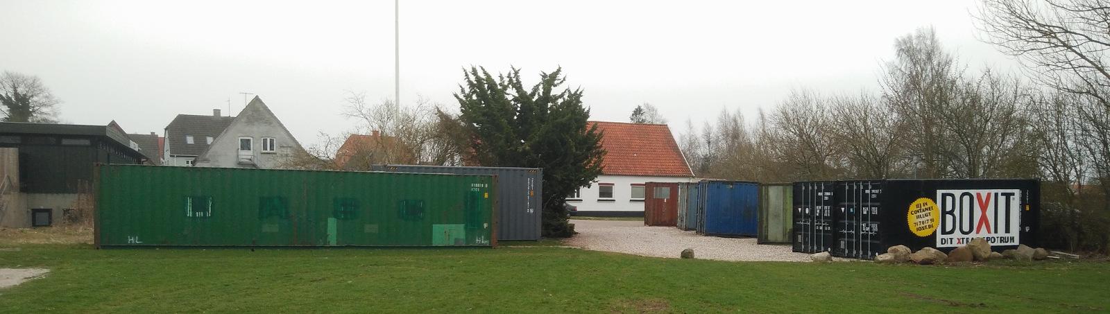 Containere opstillet ved Svømmebadet