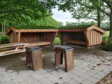 2 shelterhytter med flisebelagt plads og grillfacilitetrer